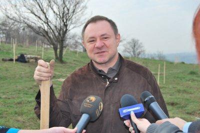 Папиев проигнорировал выгон, а Галицко сажал елки и становился в фотографии лопатой