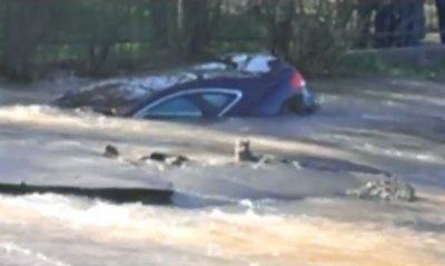 В Киеве из-за прорыва трубы авто погрузилось под землю (видео)
