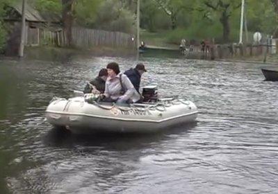 Днепр подтопил райцентр на Черниговщине. Улицам плавают лодки (видео)
