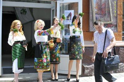"""В """"Вернисаже"""" вливали и показывали платья из картона"""