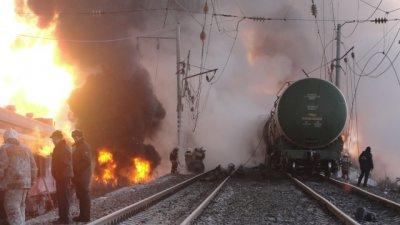 На станции под Ростовом сошли с рельсов более 50 цистерн с нефтепродуктами. Вспыхнула масштабная пожар (видео)