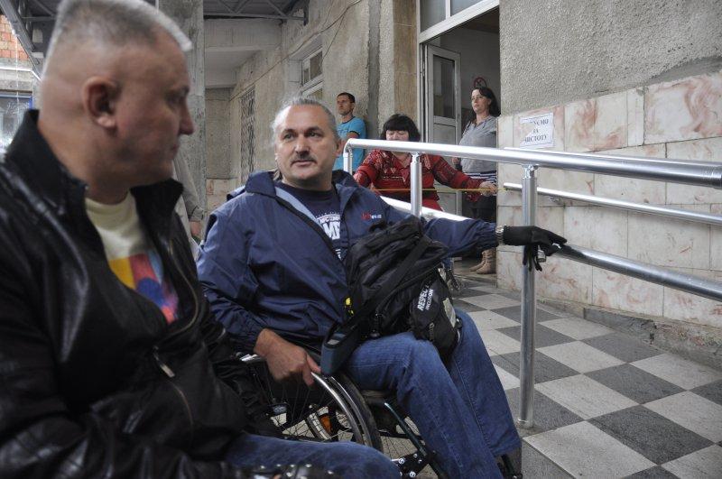 У Чернівцях інваліди-спинальники намагалися потрапити до автовокзалу
