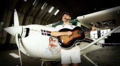 Блюзмен Александр Буль под самолетом спел новую песню и покружил над Черновцами