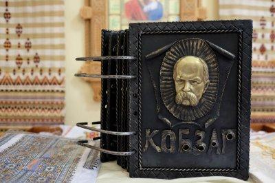 """У Чернівцях на виставці - """"Кобзар"""" у кованій обкладинці"""