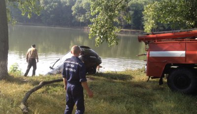 Bukovina car slid into the pond ( VIDEO)