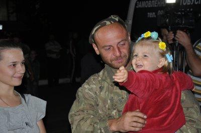 В Черновцах встретили буковинских десантников , вернувшихся из зоны АТО ( ФОТО )