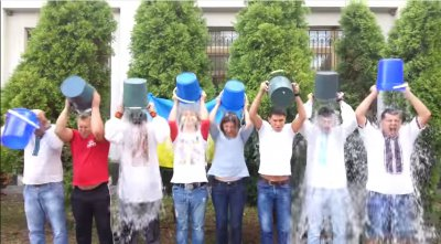 В Черновцах работники суда облились водой в поддержку армии ( ВИДЕО )