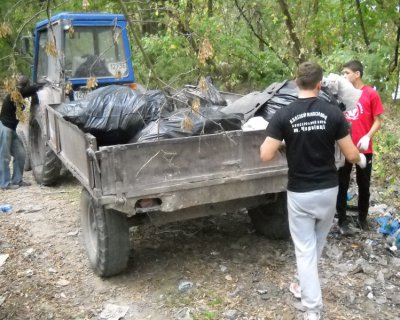 Young boxers Chernivtsi removed coast river Prut