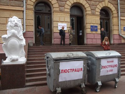 Under the stairs Chernivtsi Regional State Administration brought Altvater