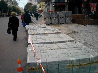 На тротуаре возле сквера в центре Черновцов установят новую плитку ( ФОТО )