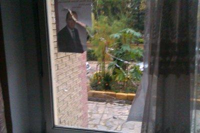 В Хотині розбили вікна у штабах двох кандидатів у нардепи