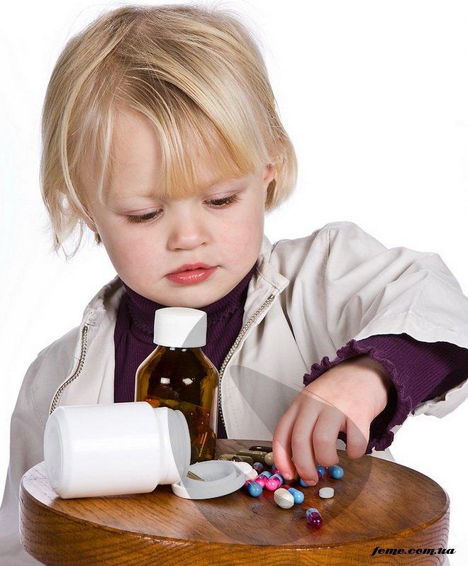 дитина їсть фото