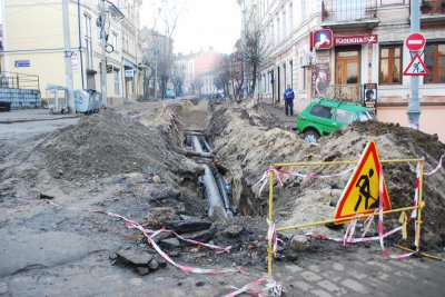 The company , which had to repair the street Khmelnitsky Chernivtsi , accuses the mayor