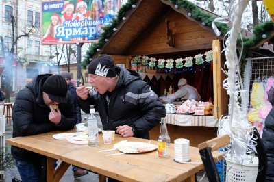 At Christmas tree eat barbecue and drink mulled wine ( PHOTOS)