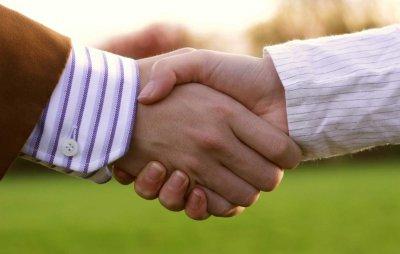 Заразитися грипом через рукостискання реальніше, ніж через поцілунки