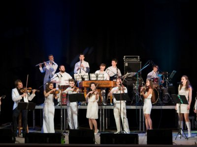 Народний оркестр Шaravaraband виступить у Чернівцях з ученицею Святослава Вакарчука