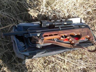На Буковині біля залізничного моста виявили двох озброєних чоловіків