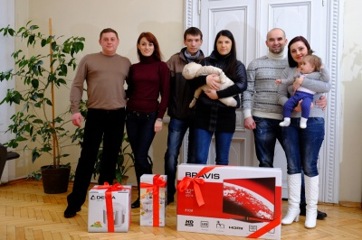 Переможці конкурсу журналу «Давай одружимось!» отримали телевізор та мультиварку (ФОТО)