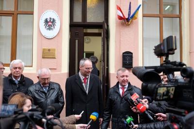 Двері до приміщення австрійського консульства прорубали по-варварськи