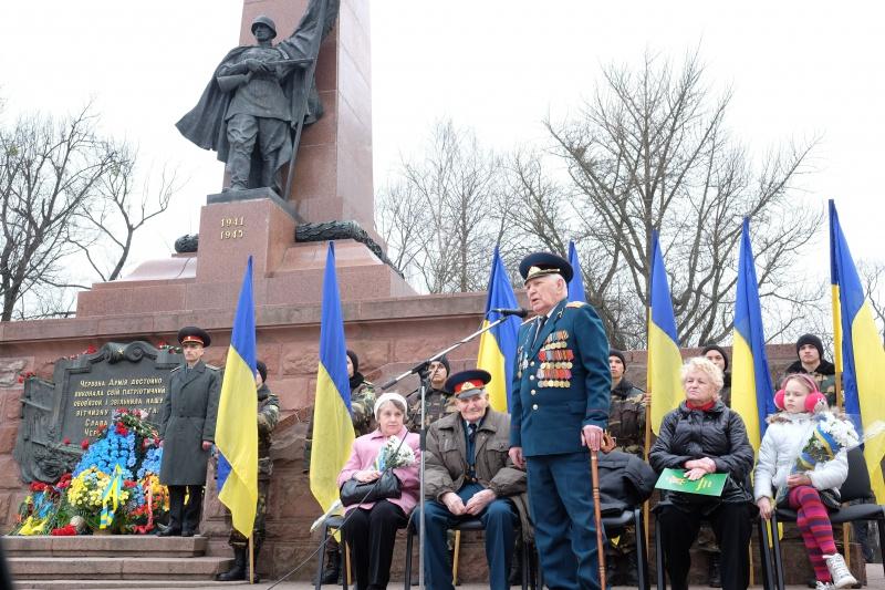 dcf649e1ec34da 29 березня 1944 року бійцями Червоної армії було визволено від німецьких  військ місто Чернівці. Відзначити 71 річницю визволення міста на соборній  площі ...