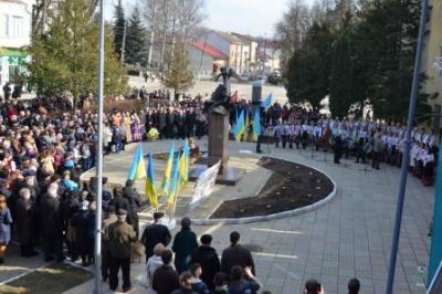 На Буковині відкрили пам'ятник Шевченкові з музою (ФОТО)