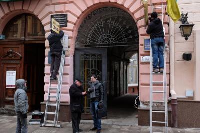 У Чернівцях демонтують рекламні вивіски та труби з будівель