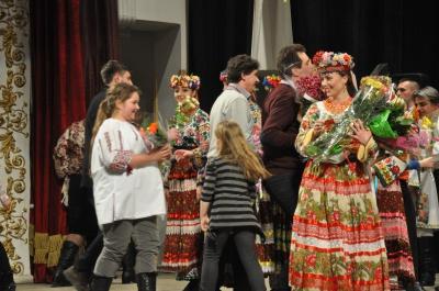 """На виставі театру """"Голос"""" чернівецькі глядачі задарували акторів квітами (ФОТО)"""