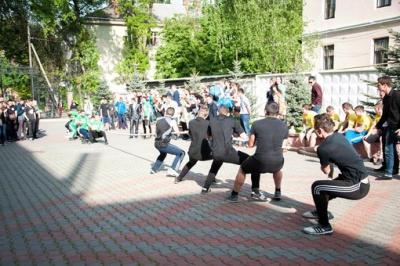 Студенти ЧНУ перемогли в «Козацьких забавах»