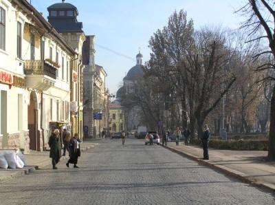 Через залишену на Соборній площі сумку з молочними продуктами у Чернівцях зупинили рух тролейбусів