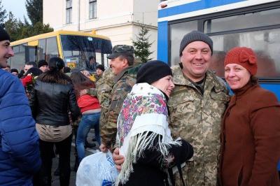 У Чернівцях з квітами та оркестром зустріли понад 200 військових із зони АТО (ФОТО)