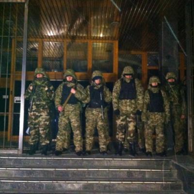 """У Києві вхід до """"Укрнафти"""" заблокували автоматники"""