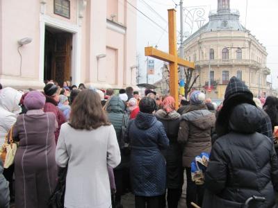 Чернівчани несли хрест вулицями міста (ФОТО)
