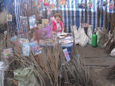 """На ярмарку в Чернівцях продають дерево щастя і горіх """"бомба"""" (ФОТО)"""