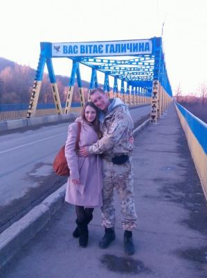 Школярка і солдат зустрічаються після того, як дівчина написала листівку в АТО