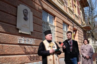 У Чернівцях встановили меморіальну дошку поетові-політв'язневі Тарасові Мельничуку