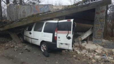 На Львівщині «Fiat Doblo» врізався у зупинку. П'ятеро людей загинули
