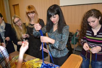 Буковинські студенти плели обереги для військових