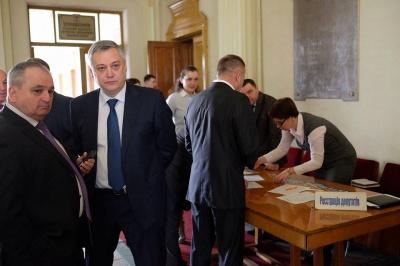 Депутати втекли із сесії облради, щоби врятувати заступника голови від відставки (ФОТО)