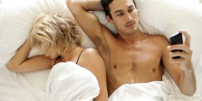 Молоді люди переписуються навіть під час сексу