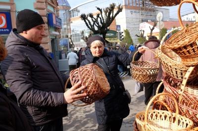 Продавці великодніх кошиків у Чернівцях скаржаться на погану торгівлю