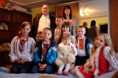 Щасливі, бо нас люблять, - буковинська родина всиновила шістьох дітей (ФОТО)