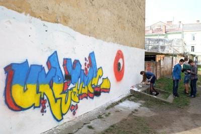 В чернівецькій гімназії розмалювали патріотичне графіті (ФОТО)