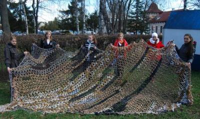 Під час канікул буковинські школярки сплели сітку в АТО