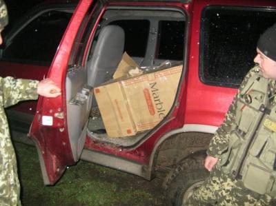На Буковині контрабандист, втікаючи від прикордонників, покинув своє авто з цигарками