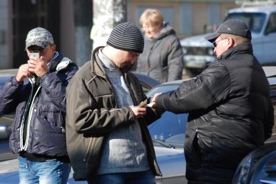 На чернівецьких вулицях замість міняйл з'явилися міліціонери зі зброєю