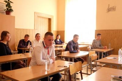 У Чернівцях абітурієнти складають ЗНО з української мови та літератури (ФОТО)