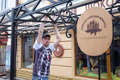 На вулиці Кобилянської масово встановлюють літні майданчики (ФОТО)