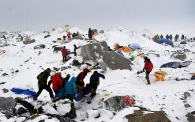 65 альпіністів загинули через сходження лавини на Евересті