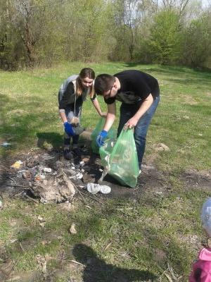 Чернівецькі студенти прибирали берег річки Прут