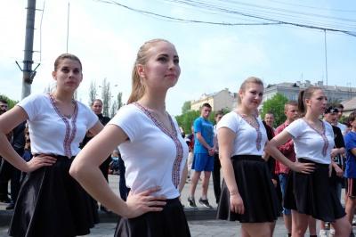 """Молоді чернівчани влаштували """"руханку"""" в центрі міста (ФОТО)"""